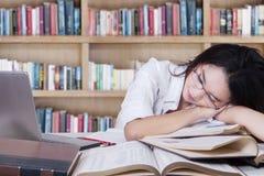 Estudiante que duerme sobre los libros Foto de archivo