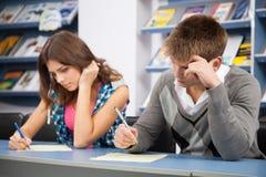 Estudiante que engaña en el examen de la prueba Fotos de archivo libres de regalías