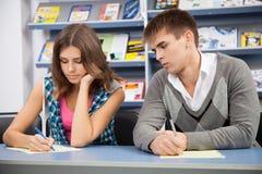 Estudiante que engaña en el examen de la prueba Fotografía de archivo libre de regalías