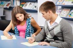Estudiante que engaña en el examen de la prueba Foto de archivo