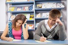 Estudiante que engaña en el examen de la prueba Imagen de archivo libre de regalías