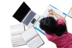 Estudiante que estudia con el ordenador portátil en estudio Foto de archivo libre de regalías