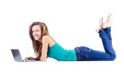 Estudiante que estudia con la computadora portátil Fotografía de archivo libre de regalías