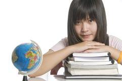Estudiante que estudia con los libros y el globo Foto de archivo libre de regalías