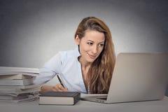 Estudiante que estudia difícilmente Foto de archivo