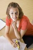 Estudiante que estudia en el escritorio Foto de archivo libre de regalías