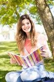 Estudiante que estudia en el jardín de la escuela Imágenes de archivo libres de regalías