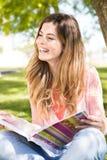 Estudiante que estudia en el jardín de la escuela Imagenes de archivo