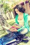 Estudiante que estudia en el jardín de la escuela Fotos de archivo