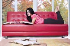 Estudiante que estudia en el sofá en casa Imagen de archivo libre de regalías