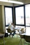 Estudiante que estudia en la biblioteca Imagen de archivo libre de regalías