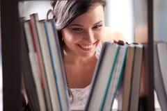 Estudiante que estudia en la biblioteca Fotos de archivo libres de regalías