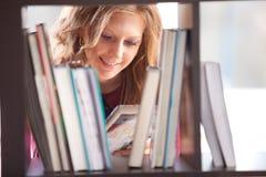 Estudiante que estudia en la biblioteca Foto de archivo libre de regalías