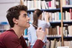 Estudiante que estudia en la biblioteca Imagen de archivo