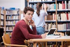 Estudiante que estudia en la biblioteca Fotografía de archivo