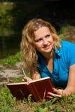 Estudiante que estudia en la hierba Imágenes de archivo libres de regalías