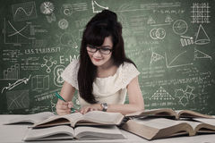 Estudiante que estudia en la sala de clase Imagenes de archivo