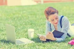 Estudiante que estudia en libro de lectura del parque fotos de archivo libres de regalías