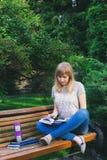 Estudiante que estudia en parque Imagen de archivo