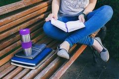 Estudiante que estudia en parque Fotos de archivo libres de regalías