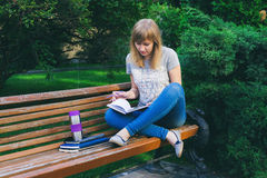 Estudiante que estudia en parque Fotografía de archivo