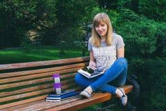 Estudiante que estudia en parque Imágenes de archivo libres de regalías