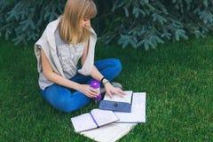 Estudiante que estudia en parque Fotografía de archivo libre de regalías