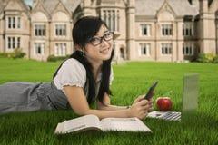 Estudiante que estudia en parque de la universidad Imagen de archivo libre de regalías