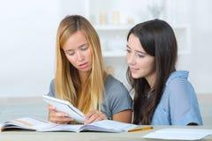 Estudiante que estudia en sala de estar en casa Imagen de archivo libre de regalías