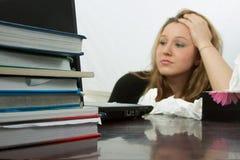 Estudiante que estudia mientras que enfermo imagen de archivo libre de regalías