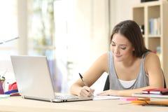 Estudiante que estudia notas de la escritura Fotografía de archivo libre de regalías