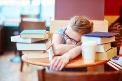 Estudiante que estudia o que se prepara para los exámenes Fotos de archivo libres de regalías