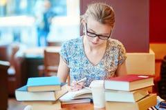 Estudiante que estudia o que se prepara para los exámenes Fotografía de archivo libre de regalías