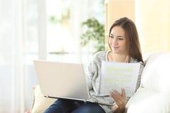 Estudiante que estudia y que aprende con el ordenador portátil Imagen de archivo libre de regalías