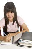 Estudiante que estudia y que escribe fotos de archivo libres de regalías
