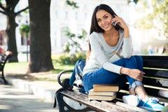 Estudiante que habla en el teléfono al aire libre Imagen de archivo libre de regalías