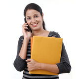 Estudiante que habla en el teléfono móvil Fotos de archivo libres de regalías
