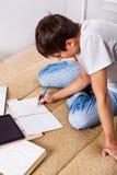 Estudiante que hace la preparación Imagen de archivo libre de regalías