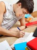 Estudiante que hace la preparación Foto de archivo libre de regalías