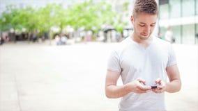 Estudiante que juega con el dispositivo electrónico almacen de metraje de vídeo