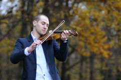 Estudiante que juega en el violín Imagen de archivo