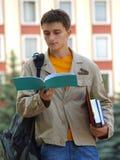 Estudiante que lee el libro de registro Foto de archivo