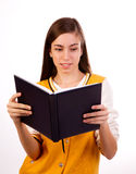 Estudiante que lee un libro Imagen de archivo libre de regalías