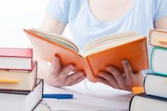 Estudiante que lee un libro Imagenes de archivo