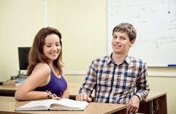 Estudiante que lee un libro en la sala de clase Fotografía de archivo libre de regalías