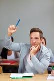 Estudiante que levanta su mano Foto de archivo