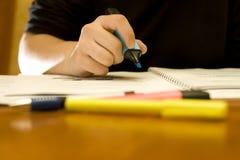 Estudiante que marca palabras importantes en literatura imagen de archivo