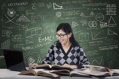 Estudiante que mecanografía el libro de fuente Imagen de archivo libre de regalías