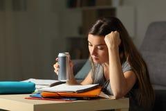 Estudiante que memoriza la bebida el sostenerse y de la energía en la noche Fotos de archivo libres de regalías
