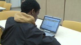 Estudiante que mira el ordenador en la sala de clase (4 de 5) almacen de video